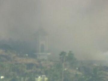 La lava se traga la iglesia mientras los vuelos permanecen estancados en la isla española