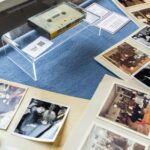 Una vista de fotos y una cinta de casete que registran las entrevistas de cuatro estudiantes daneses con John Lennon y Yoko Ono durante la estadía invernal de la famosa pareja en Thy, Jutlandia, Dinamarca.